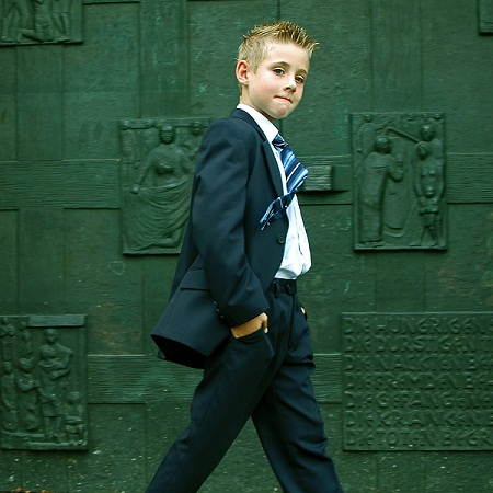 Kleiner Junge im Business-Outfit