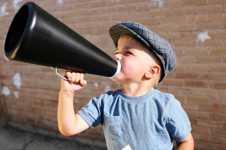 Junge mit Sprachrohr