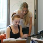 Inna Weyrauch und Christina Möller arbeiten an Ihrer KMB| Präsentation
