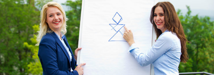 Mirke Kopmann und Jana Spark erklären das KMB| Logo