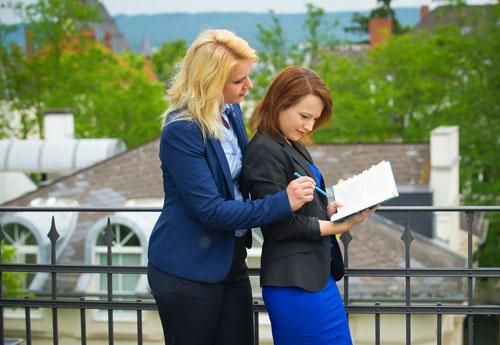 Mirke Kopmann und Inna Weyrauch bei der Recherche