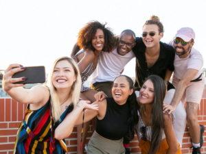 Digitale Mitarbeiter bei Smartphone Selfie